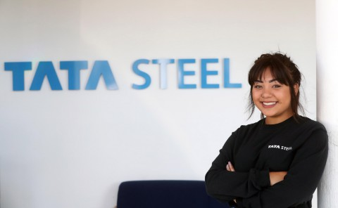 Mae Sally Hughes yn anelu'n uchel yn ei gyrfa gyda Tata Steel.